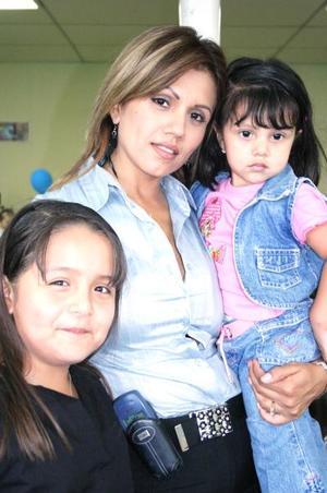 Fernanda y Carolina, junto a su mamá Claudia Martínez.