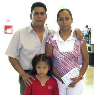 América Martínez y Anahí Jordán viajaron a Tijuana, las despidió Roberto Jordán.