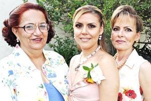 Carmen María Sánchez Martínez en compañía de Carmen María Martínez de Sánchez y Marilú Berlanga de Wolf, ensu despedida de soltera.