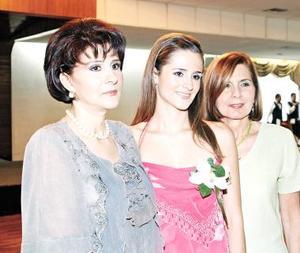 <u><i> 04 de Septiembre de 2004</u></i><p>  Dora Alicia Valdés González acompañada de Silvia Murra de García y Dora Alicia González de Valdés, en su despedida .