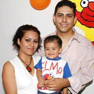 José García Hernández en compañía de su papás, Carol Hernández y Berjurh García, en la fiesta que le organizaron por su primer año de vida.
