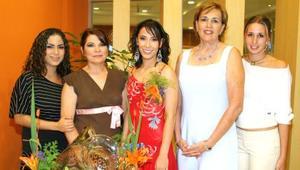 <u><i> 04 de Septiembre de 2004</u></i><p>  Ana Sofía Soltero en compañía de algunas de las asistentes a su despedida de soltera.