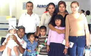 Julia Ahuatzin y Víctor Vargas viajaron a Tlaxcala, los despidió la familia Vargas.