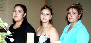 Alejandra Mayela Vela Rodríguez junto a Guadalupe Rodríguez de Vela y Paola Vela Rodríguez, en su despedida de soltera.