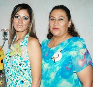 Ivonne Guerrero Ortiz en compañía de Emma Ortiz, en la despedida de soltera que le ofrecieron en día pasados.