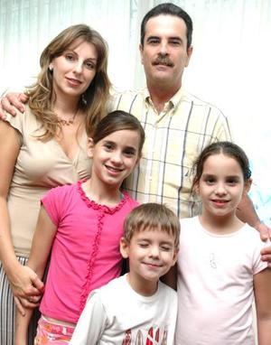 Astrid Algara Martínez con sus paás, Manuel Algara y [Astrid Martínez de Algara y sus hermanos Isabela y José Manuel, el día que festejó su cumpleaños número 12.
