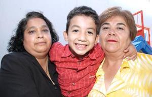 Juan Alejandro Rodríguez Cuéllar acompañado de sus abuelitas, Juanita Pérez de Cuéllar y Mayela García, en su fiesta de cumpleñaos.