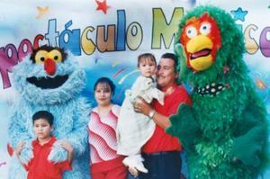 Marly Dennise Cruz acompañada de sus papás, Alicia Cruz Ledesma y Homero Sánchez Rosas, y de su hermanito Alejandro, en su fiesta de cump´leñaos..jpg