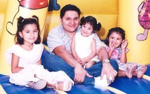<u><i> 05 de Septimbre de 2004</u></i><p>  Alexa Ávila en compañía de Pamela Balderas, Omar ávila y Naima Balderas Ávila, en su fiesta de cumpleaños..jpg