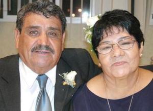 Ramón Flores Díaz y Concepción Vargas festejaron 50 años de casados, con un agradable convivio en días pasados..jpg