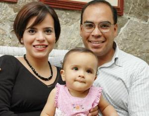 Érika Martínez de Anaya y Juan Manuel Anaya con su hija Érika captados en una reunión familiar..jpg