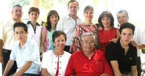 Don Antonio Fernández en compañía de su familia .