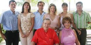 Don Ramón acompañado de su familia, su esposa Josie R. de Iriarte, José Ramón Cabranes,