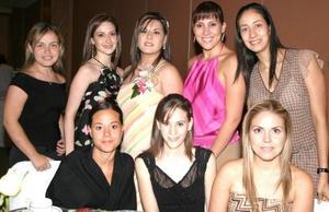 Magda Bernal Flores acompañada de sus amigas, en su despedida de soltera.
