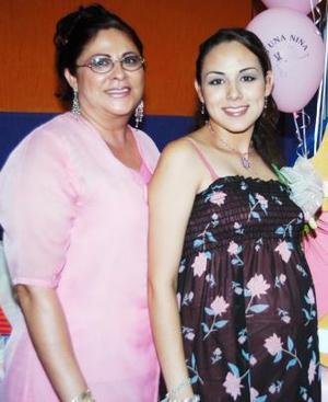 Mónica Ortiz de González acompañada de Adriana Pérez de Ortiz, organizadora de su fiesta de regalos.