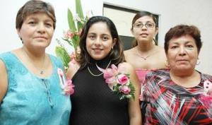 Anna Lilian Guzmán de Rivas en compañía de Élida Orona de Guzmán, Raquel Ávalos de Rivas y Anett Rivas Ávalos, en su fiesta de regalos.