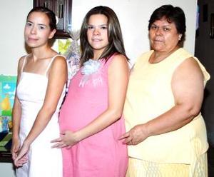 <u><i> 05 de Septiembre de 2004</u></i><p>  Rocío Ávalos Torres junto a las organizadoras de su fiesta de canastilla, Rosy de Ávalos y Griselda  Ávalos.