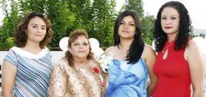 <u><i> 06 de Septiembre de 2004</u></i><p>  Bertha Patricia Collazo García, en compañía de Reyna y Norma Angélica Collazo García y de su mamá, Cristina García de Collazo, en su despedida de soltera.