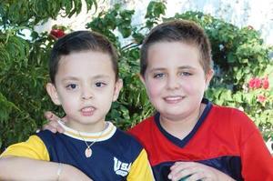 Jesús Javier Osuna Domínguez, acompañado de su hermano Javier eduardo el día de su cumpleaños.