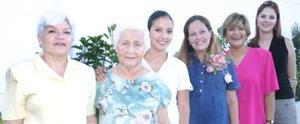 Leticia de Vargas, en compañía de las asistentes a su fiesta de canastilla.