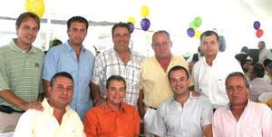 Grupo de amigos asistentes al festejo de cumpleñaos de los señores Ramón Iriarte y antonio Fernández, quienes celebraron sus respectivos anomásticos rodeados de sus familiares y amistades más cercanas.