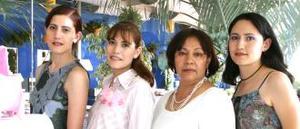 <u><i> 07 de Septiembre de 2004</u></i><p>  Nancy de Muro, en compañía de las damas organizadoras de su fiesta de regalos, realizada en días pasados.