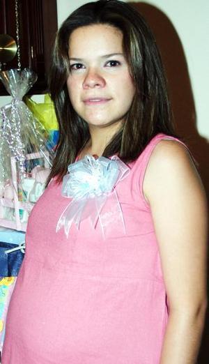 <u><i> 08 de Septiembre de 2004</u></i><p>  Rocío Ávalos Torres recibió numerosos obsequios, en la fiesta de regalos que le ofrecieron en días pasados.