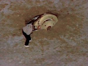 La agencia espacial había recurrido a pilotos especialistas de Hollywood, diestros en maniobras peligrosas, y tres helicópteros levantaron vuelo bajo cielo despejado para ubicarse en el camino de descenso de la cápsula.