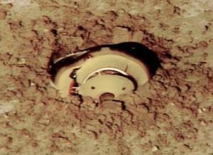 El impacto de la cápsula contra la tierra fue tan fuerte que quedó parcialmente enterrada. Según lo que se puede ver en las imágenes de televisión, sufrió daños muy severos.