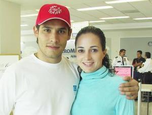 Fernando González viajó a Cancún y fue despedido por Lucia Hernández.