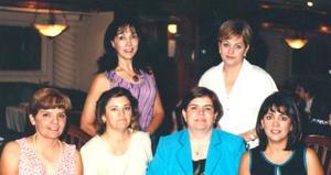Caro M. de García acompañada de Laura de Robles, Martha de Chibli, Caro de García, Caty de Bejarano, Patty de Alburquerque y Sandra de Fausto, en el desayuno que le ofrecieron por su cumpleñaos.