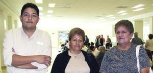 María del Carmen Vásquez viajó a Tijjuana y fue despedida por Esther Vásquez y César Arias.