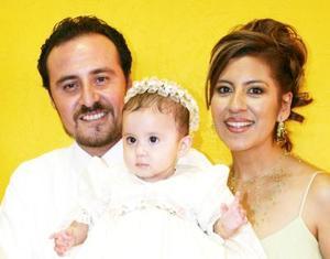 Ana Karen Aguilar Rivera acompañada de Felipe de Jesús Aguilar Reyes y Rebeca Rivera de Aguilar, en pasado festejo social.