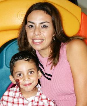 Ángel Antonio Lara López acompañado de su mamá Gina López, en su fiesta de cumpleaños.