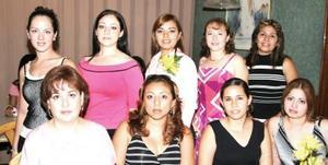 Elba Mariana Lara Gándara, en compañía de algunas asistentes a su despedida de soltera.