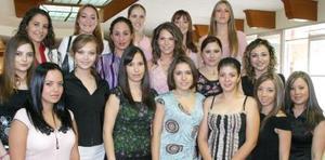 Gabriela del Bosque Dávalos acompañada de sus amigas, en su despedida de soltera.