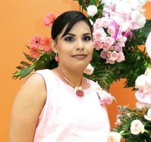 Cecilia Campos recibió sinceras felicitaciones, en la fiesta de regalos que le ofrecieron por el próximo nacimiento de su bebé.