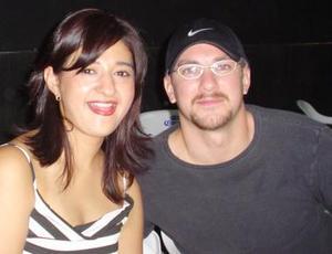 <u><i> 10 de Septiembre de 2004</u></i><p>  Rocío Rodríguez y Chad, captados en pasado festejo social.