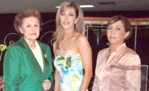 La Festejada  Elizabeth Segura Delgado acompañada de MAría Cristina Baile de Vázquez y Carmen Delgado de Segura.