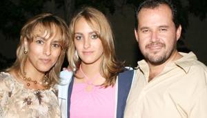 Alejandra Izaguirre Alatorre acompañada de Fernando Izaguirre Valdes y Alejandra Alatorre de Izaguirre, en su convivio de cumpleaños.