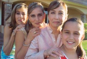 Elizabeth Segura Delgado junto  a Rocío Segura, Carmen Selgado y Denisse Llorens y Denisse Llorens, hermana, mamá y sobrina, respectivamente.