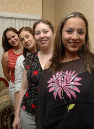 <u><i> 11 de Septiembre de 2004</u></i><p>  Marisol Solórzano en compañía de sus amigas, Brenda Pérez, Silvana Reyes y Lucía Morado, en el convivio que le ofrecieron por su cumpleaños.