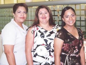 Dolores acompañada de Margarita Galván de Sánchez y diana M. Sánchez