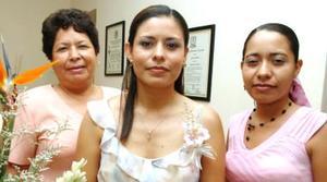 Olga Olivia Tea Mejía, en compañía de las organizadoras de su despedida de soltera