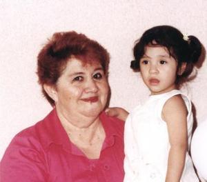 Alexa Ávila Ramírez acompañada de su abuelita Lupita ávalos de Ávila, en su fiesta de cumpleaños