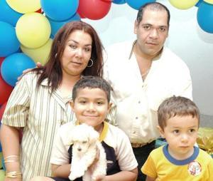 Felipe Eduardo y Jesús Francisco Martínez Olvera junto a sus paás, Jesús Francisco Martínez y Olivia Olvara de Martínez, en su cumpleaños