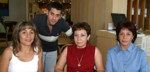 Omar Cruz, Ana Lucía Mojica de Valdepeñas, Lulú de Martínez y vickie de Cruz.