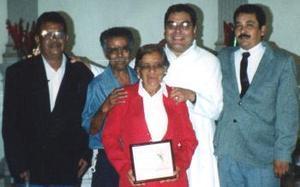 D-Juan Reyes Montes y Abundia Martínez González festejaron 50 años de matrimoni, en compañía de sus hijos Raymundo y Roberto Reyes Martínez y del padre Jesús Zataráin en fechas pasadas.