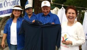 Lupita de Milán, Velina de Murra, Salvador González, René González y Estelita de González, en la venta de ropa.