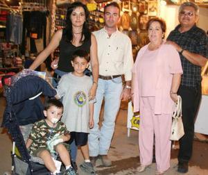 D Paty y Pedro Revuelta, Guillermo y Patricia Rivera y los niños Pedro y Emilio Revuelta.